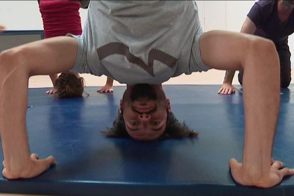 La maîtrise du sol, apprentissage pour les stagiaires en acrobatie et cascades à Brest