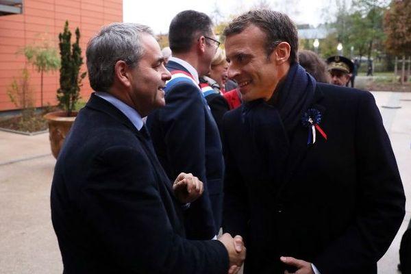 Xavier Bertrand et Emmanuel Macron lors de la visite d'un EHPAD à Rozoy-sur-Serre en novembre 2018.