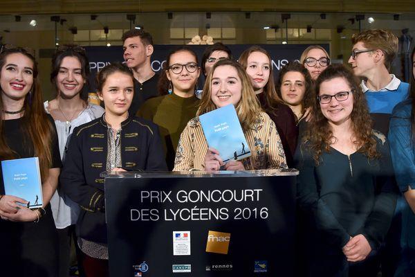 """À Rennes en 2016, les lycéens ont attribué leur prix à Gaël Faye pour """"Petit pays"""""""