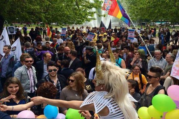 Pour la 3ème année consécutive, la marche des Fiertés a attiré environ 600 personnes qui se sont rassemblées place Wilson avant de défiler dans les rues de Dijon