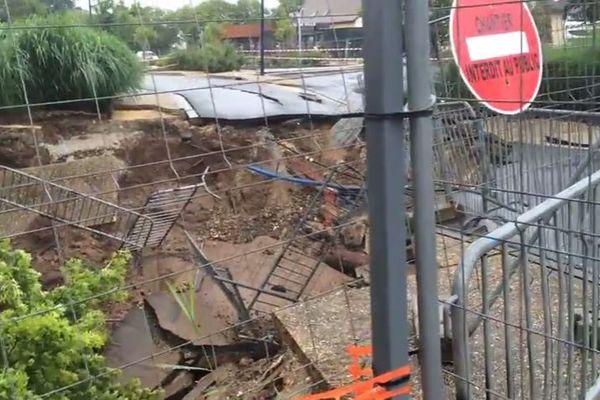 A Prigonrieux, près de Bergerac, le parking de la mairie s'est ouvert littéralement en s'effondrant sur lui-même