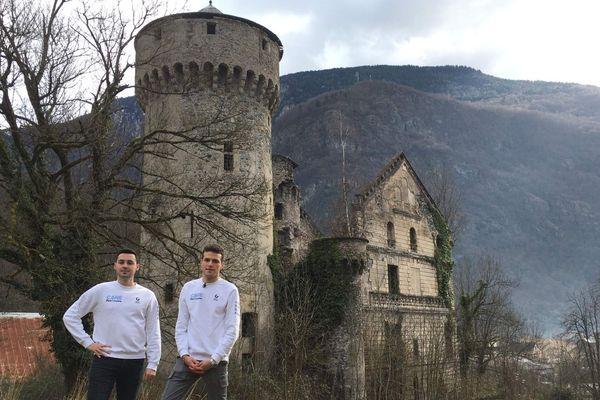 Clément et Gautier, animateurs de Care for Patrimoine, posent devant le château de Séchilienne