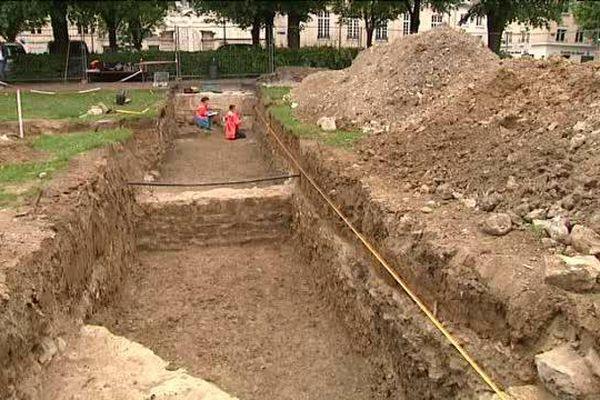 Les archéologues effectuent des sondages sur cette place où aucun bâtiment n'a été construit depuis les bombardements de 1944.