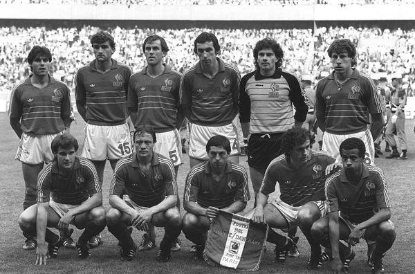 Yvon le Roux (debout 2e à gauche) et les Bleus de Michel Hidalgo lors du match d'ouverture de l'Euro 84