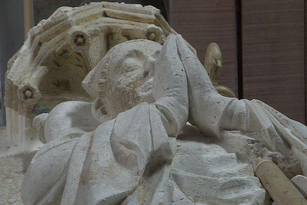 La restauration du gisant de l'évêque Simon de Gonçan a permis de redécouvrir les détails des rides du visage sculptées il y a 700 ans.