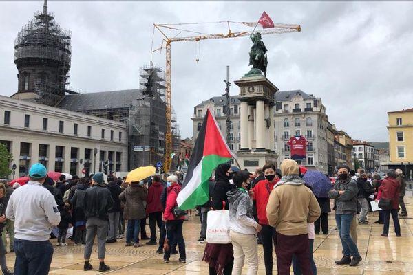 200 personnes se sont mobilisées samedi 15 mai à 15 heures sur la place de Jaude à Clermont-Ferrand, dans le Puy-de-Dôme, pour manifester leur soutien au peuple palestinien.
