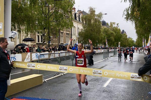L'arrivée de la gagnante du 10kilomètres du Run in Reims, Justine Pattou, le 20 octobre 2019.