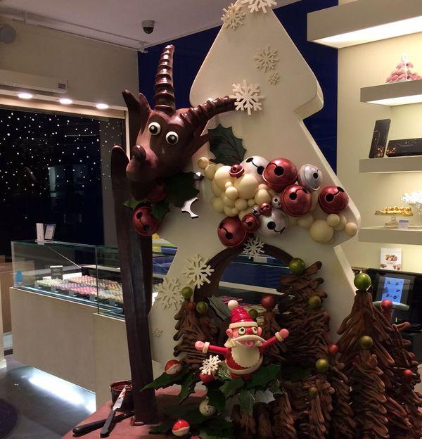 Un sapin tout chocolat orné d'un bouquetin, d'un Père Noël, etc