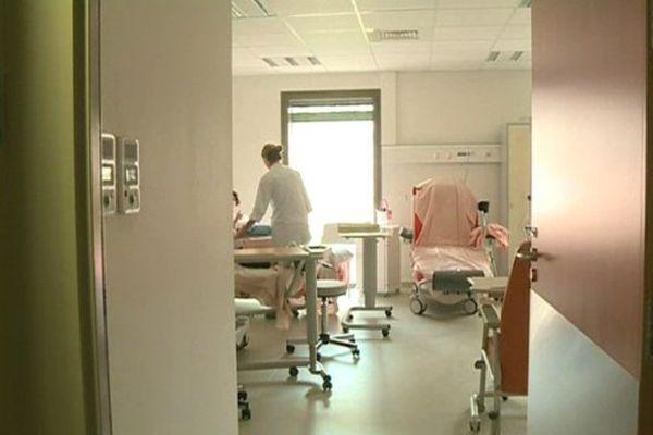 Les patients de médecine découvrent les chambres de leur nouvel hôpital.