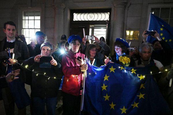 Ce vendredi soir, 31 janvier 2020, à Londres. Les anti-Brexit organisent une veillée funèbre symbolique au pied du bâtiment de la commission européenne.