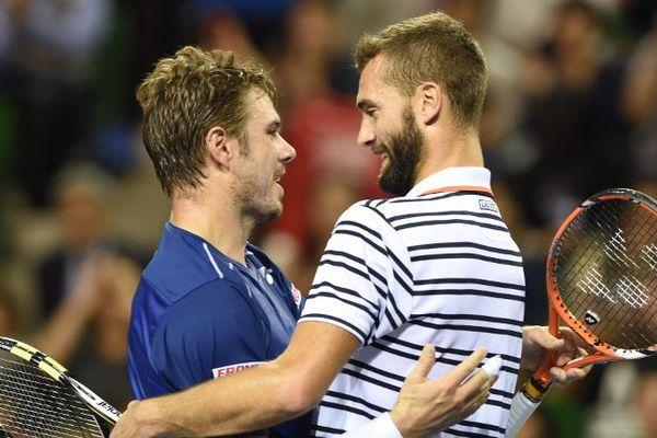 Benoit Paire et Stan Wawrinka après leur finale du Japan Open tennis tournament à Tokyo en novembre 2015.
