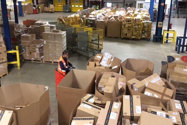 En cette période de Noël, des centaines de milliers de paquets sont traités chaque jour par 200 salariés.