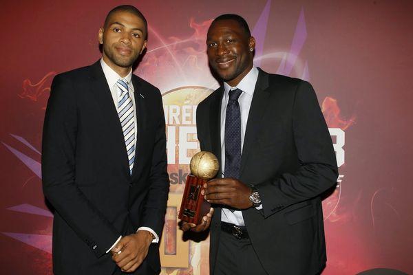 Florent Pietrus reçoit le trophée LNB par le joueur de NBA Nicolas Batum