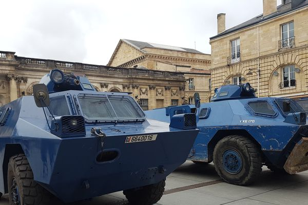 Les véhicules blindés sont positionnés devant la mairie de Bordeaux
