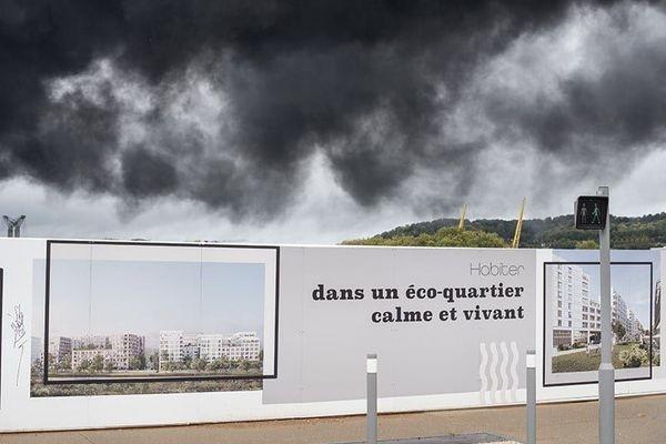 La fumée noir de Lubrizol au dessus du chantier d'ecoquartier Flaubert, le contraste est saisissant.
