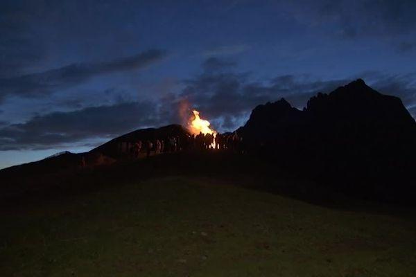 En différents sites européens, des feux sur les hauteurs ont été allumés pour afficher la détresse des territoires soumis à la prédation du loup.