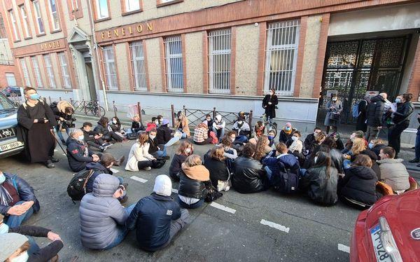 Un rassemblement s'est tenu ce matin devant le lycée Fénelon, à Lille, pour rendre hommage à Fouad.