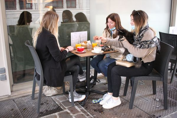 Avant d'attaquer les dernières révisions pour les examens, les trois étudiantes en BTS ont tenu à prendre leur petit déjeuner en terrasse pour la réouverture du 19 mai 2021