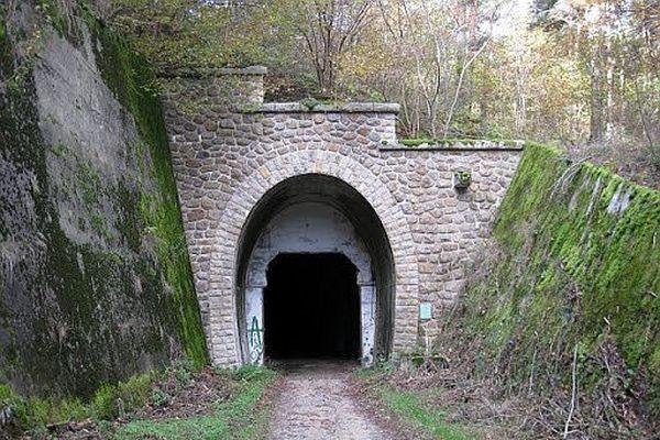 """Le tunnel de Roure, construit pour la fameuse ligne transcévenole, n'a servi qu'à affiner le fromage et pour le tournage du film """"La princesse du rail""""."""