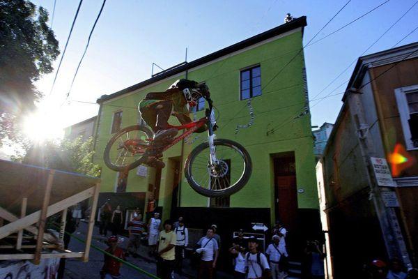 """Pilote de VTT lors de la """"folle"""" course de """"Valparaiso, au Chili ! /"""