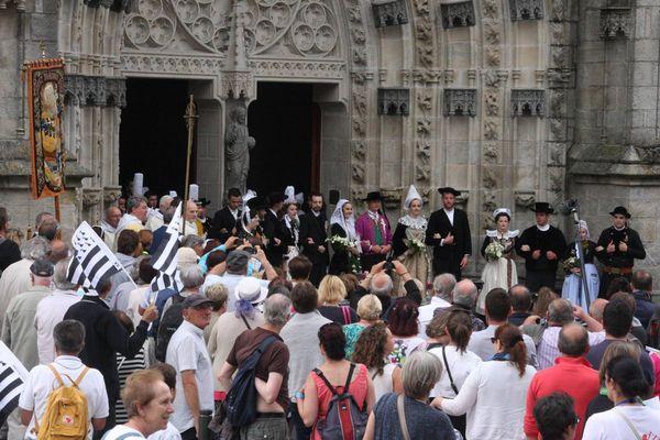 Le défilé du festival de Cornouailles devant la cathédrale Saint-Corentin de Quimper