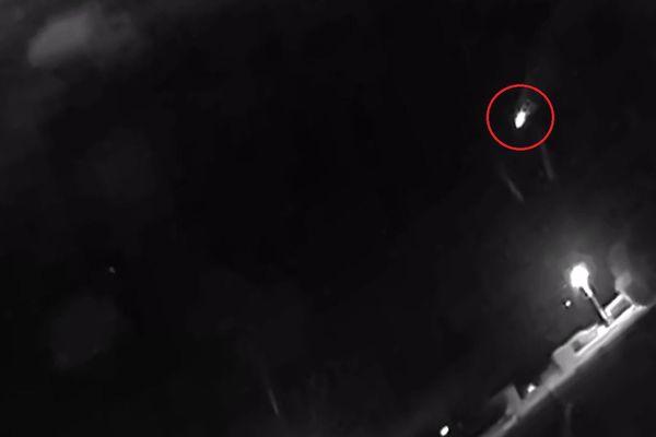 A Monnet-la-Ville dans le Jura, une caméra de vidéosurveillance a capturé le passage du météore du jeudi 7 octobre, à 20h23