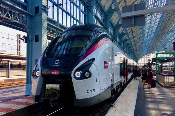 Un Intercités vers Nantes au départ de la gare de Bordeaux Saint-Jean