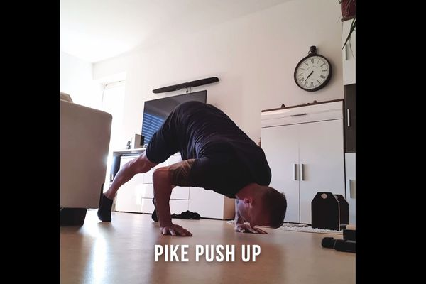 """Sébastien Buchouz en """"pike push up"""" dans son séjour"""