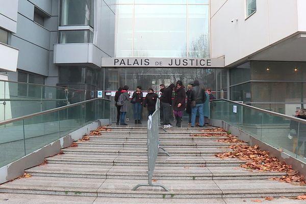 31 personnes comparaissaient devant le tribunal correctionnel de Narbonne, accusées d'avoir incendié le péage de Narbonne sud le 1er décembre 2018