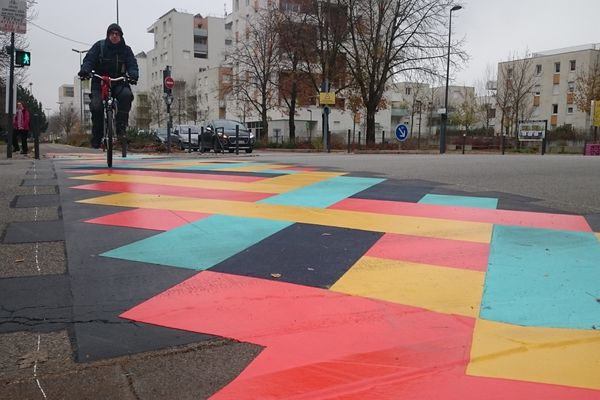 Un intersection de l'autoroute à vélo, à Grenoble.