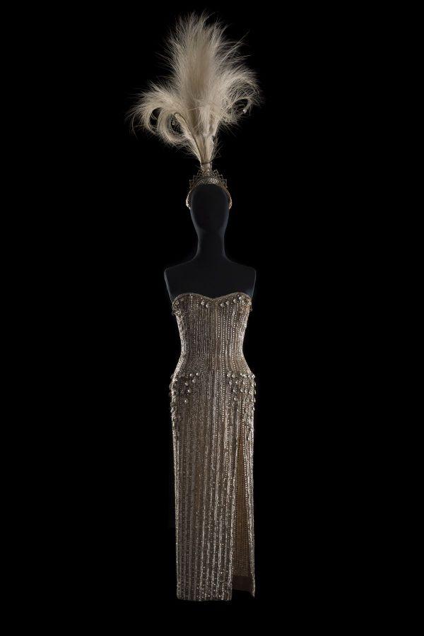 Cette robe et coiffe de José Vinas ont été portées par Line Renaud pour la revue Plaisirs, au Casino de Paris entre 1959 et 1963.