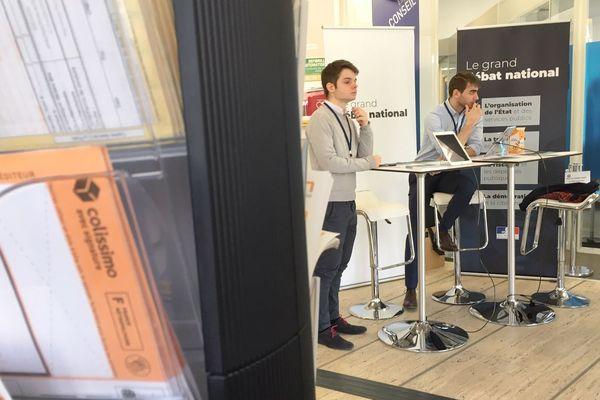 Dans le cadre du Grand débat, un stand de proximité permet de recueillir les doléances des citoyens à la poste, au Puy-en-Velay, vendredi 22 février.