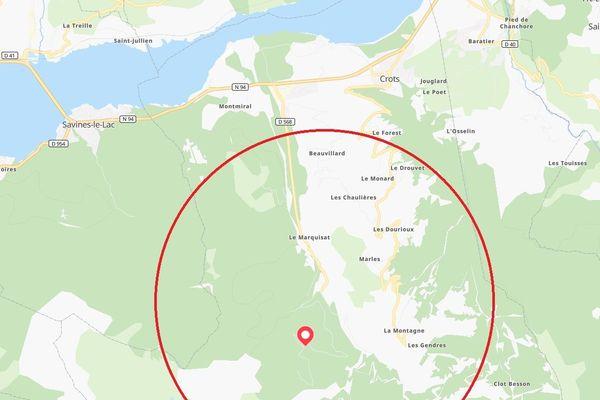 La forêt du Boscodon s'étend sur une zone de près de 900 hectares. Certaines habitations en bordent la lisière.