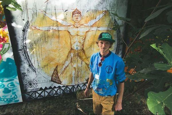 """Alexandre Beretta partage sa vie entre ses créations murales et sa pratique de la glisse à grande vitesse. Ici, devant une oeuvre réalisée dans le cadre du festival """"urban art jungle"""""""