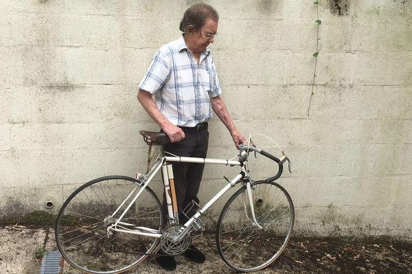 Philippe David prend la pose à côté du vélo de légende.