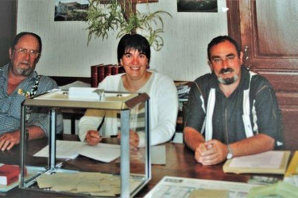 Jacques Lajeanne (à gauche, Corinne Maugey et Michel Bottard tenant le bureau de vote lors des élections à Beurey-Bauguay