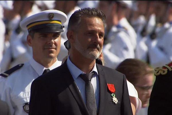 """Le public a acclamé très longuement Franck Terrier, le """"héro au scooter"""", lors de sa remise de la légion d'honneur."""
