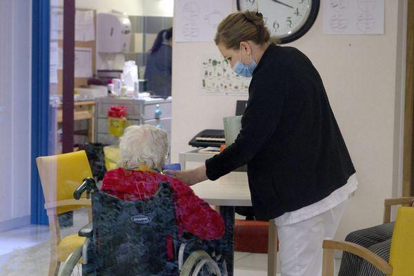 Coronavirus : les soignants portent un masque de protection dans un Ehpad de Montpellier