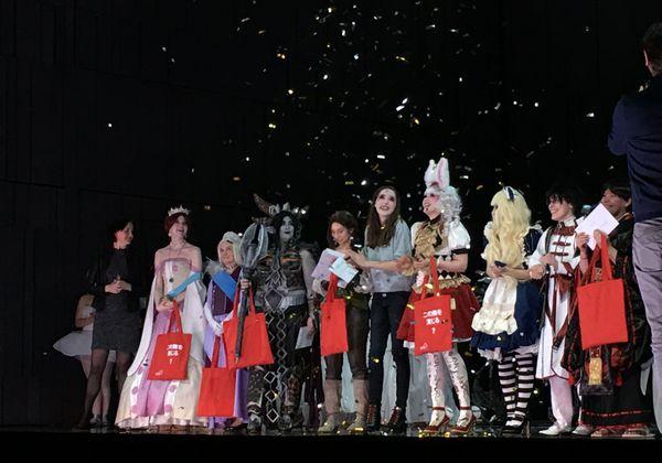 Les vainqueurs des différents prix (coup de coeur, prestation, couture, maquillage et coiffure, accessoires) devant la scène de l'opéra du Rhin.