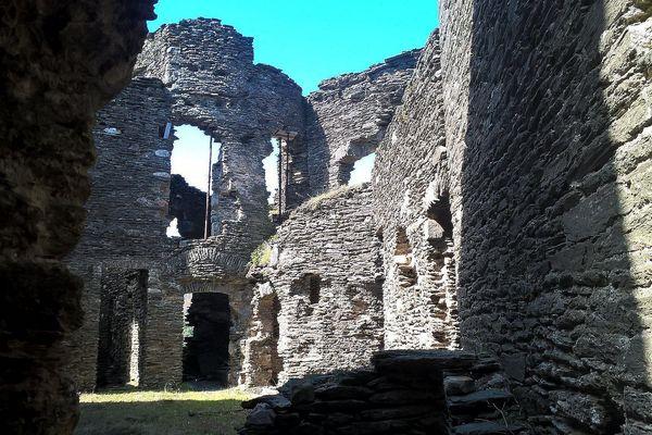 Avec l'interruption de la restauration en 2018, les étais posés à l'intérieur des voûtes du château ne le protègeront pas longtemps de l'effondrement.