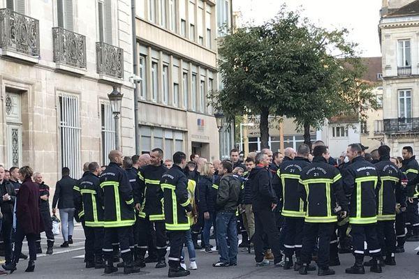 Des sapeurs-pompiers manifestent devant le conseil départemental de Côte-d'Or lundi 14 octobre 2019 pour demander davantage de moyens