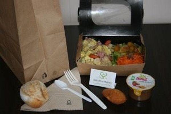Un sachet repas confectionné par Saveurs et Talents avant d'être distribué par la Croix-Rouge.