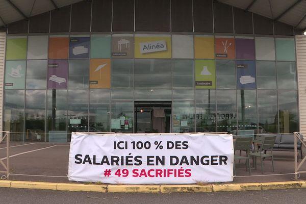 Une banderole montrant le désarroi des salariés alors qu'Alinéa Limoges menace de fermer ses portes