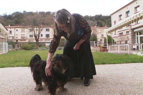 Annie et sa chienne fifillie, heureuses de pouvoir encore vivre ensemble au quotidien, à l'EHPAD d'Arles sur Tech, dans les Pyrénées-Orientales.