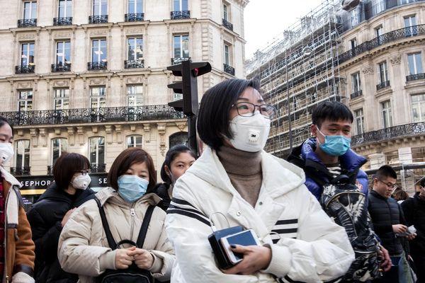 Un groupe de touristes chinois avec des masques respiratoires de protection contre les virus dans le quartier des grands magasins, le 29 janvier.