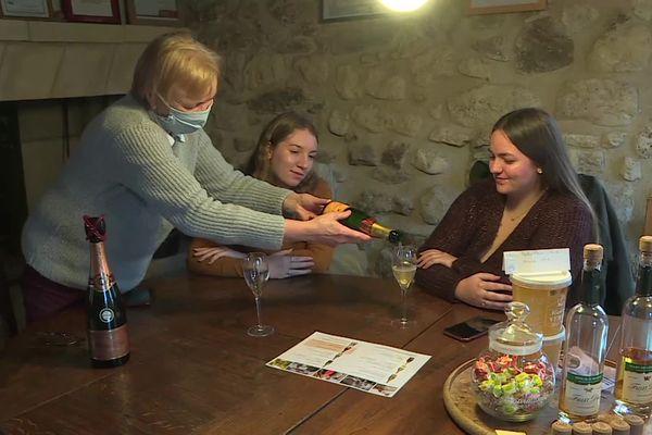 Dégustation de champagne pour Louise et Clémence, deux étudiantes en BTS dans l'Aisne