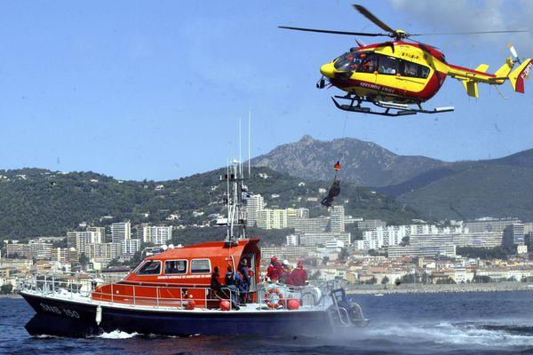 Le Cross Med en exercice de sauvetage en mer, avec l'helicoptere de la Securite Civile, la vedette de la SNSM et les plongeurs de la douane et de la gendarmerie.