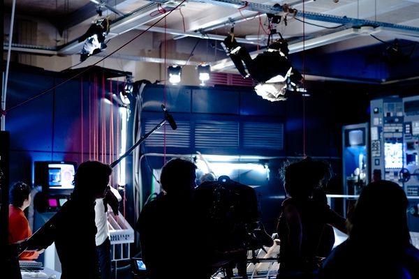 Sur le plateau éphémère de cinéma installé à l'école d'architecture de Clermont-Ferrand, l'école Louis Lumière reproduit des scènes de Frankenstein Junior réalisé par Mel Brooks, à la différence qu'ici, le tournage se fait en 3D.