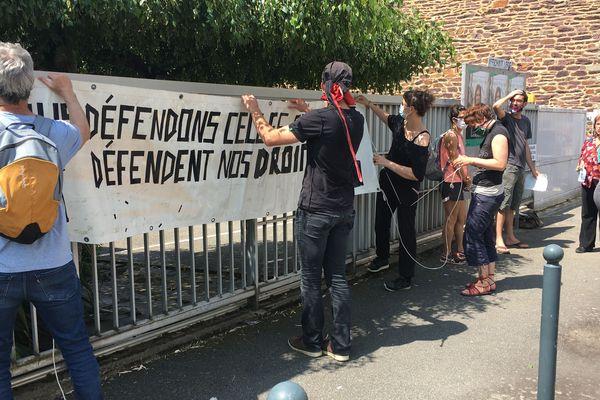 Des intermittents déploient une banderole en soutien à Yann Gaudin, conseiller à Pôle emploi.
