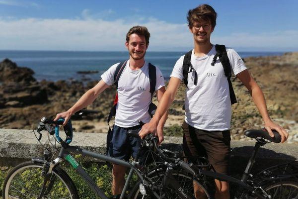 Les fondateurs d'Alix, Victor (à gauche) et Quentin (à droite) sur la côte sauvage à Batz-sur-mer